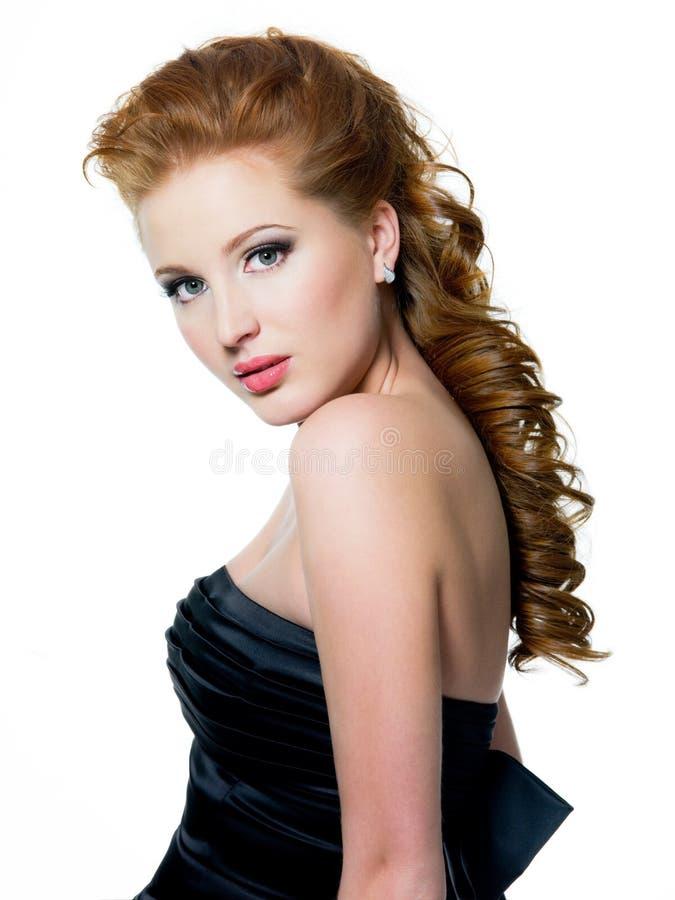 Femme red-haired de beau charme photographie stock libre de droits