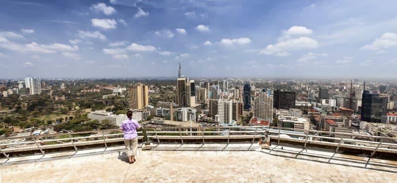 Femme regardant au-dessus de Nairobi image libre de droits
