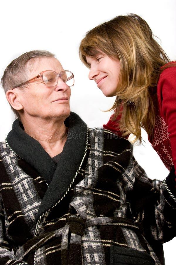 Femme regardant avec amour le vieux père images stock