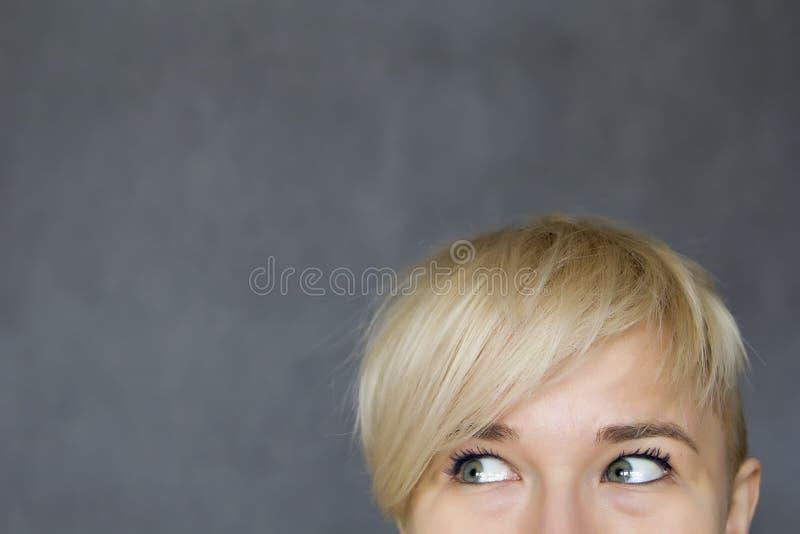 Femme regardant de côté image stock