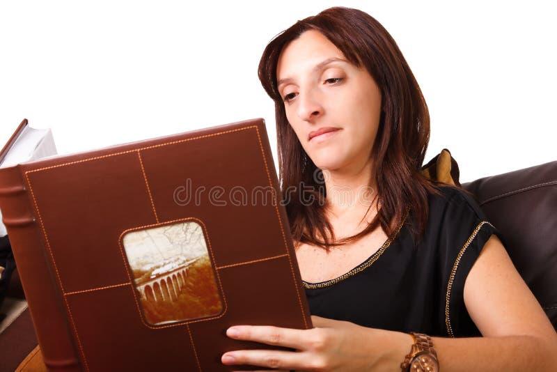 Femme regardant des photos photos stock