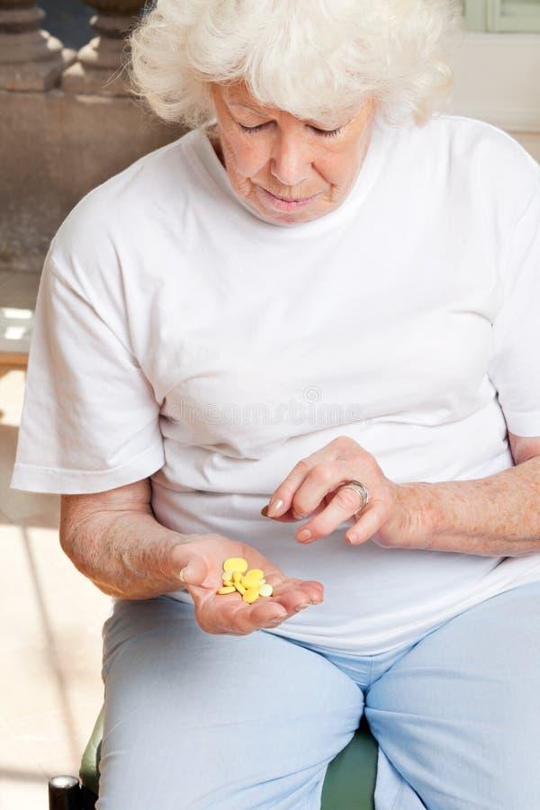 Femme regardant des Tablettes photo libre de droits