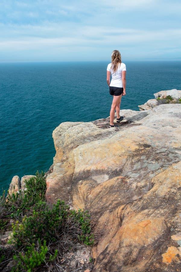 Femme regardant fixement du parc national royal de vues de dessus de falaise image stock