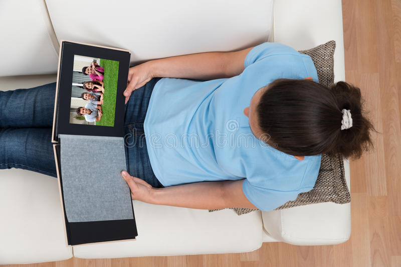Femme regardant l'album photos de famille photo libre de droits