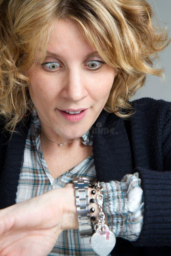 Femme regardant l'horloge photo libre de droits