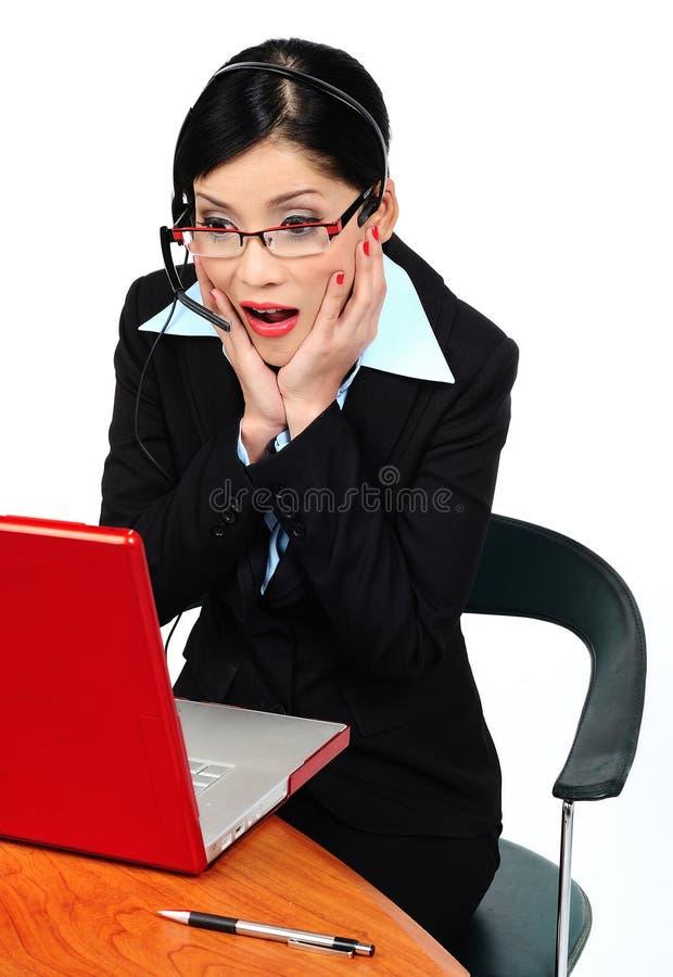 Femme regardant l'ordinateur photo libre de droits