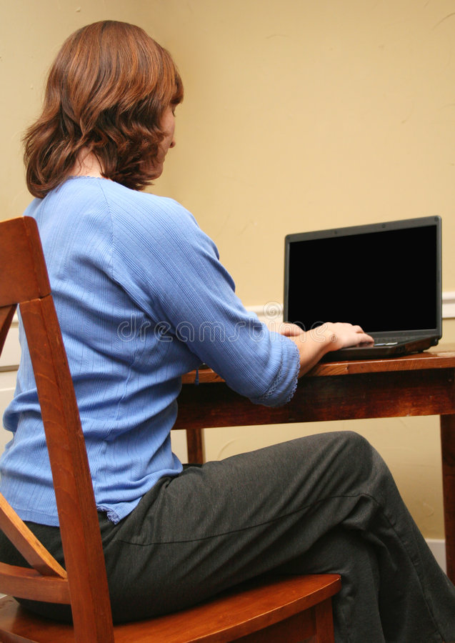 Femme regardant l'ordinateur image stock