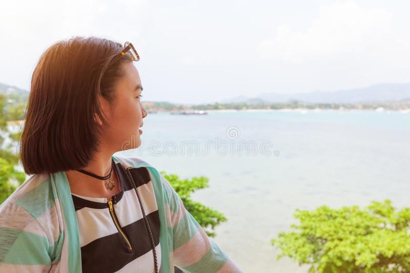 Femme regardant la mer photos stock