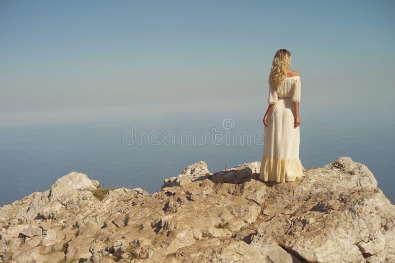 Femme regardant la mer images stock