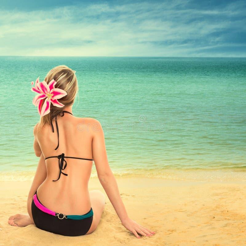 Femme regardant la mer photographie stock libre de droits