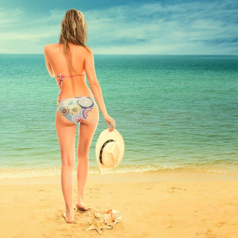 Femme regardant la mer photo libre de droits