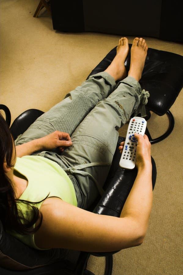 Download Femme regardant la TV image stock. Image du maintien, lointain - 744199