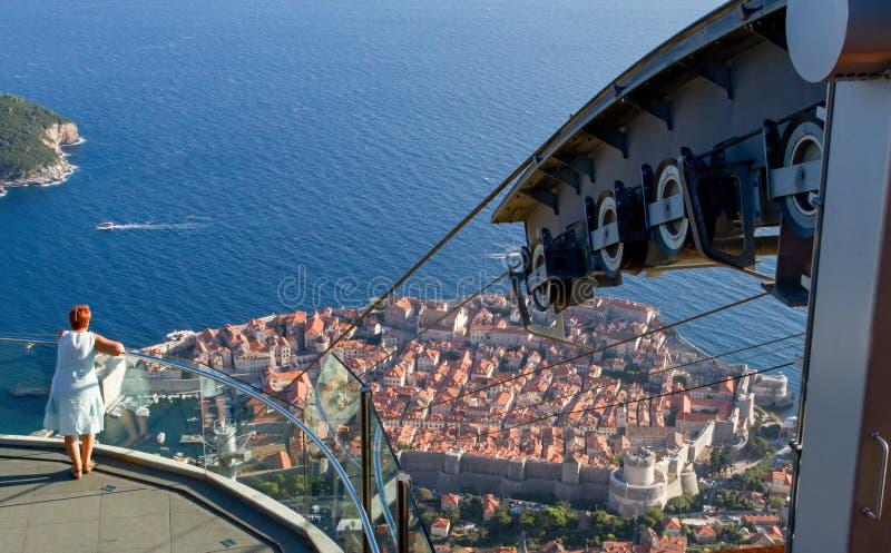 Femme regardant la vieille ville de Dubrovnik de sommet photos stock