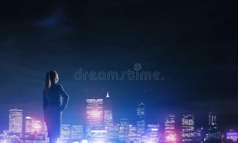 Download Femme Regardant La Ville De Nuit Image stock - Image du bureau, femelle: 77155309