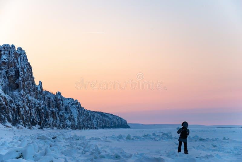 Femme regardant le coucher du soleil ou le lever de soleil photo libre de droits