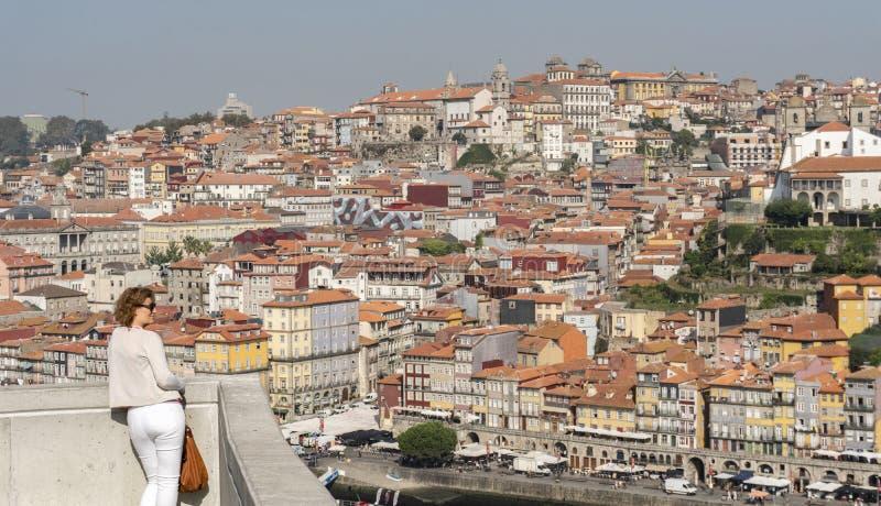 Femme regardant le paysage urbain de Porto image stock