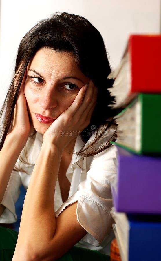 Femme regardant les dépliants de bureau. photographie stock libre de droits