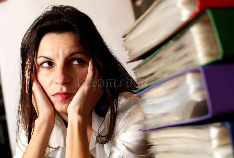 Femme regardant les dépliants de bureau. photo stock