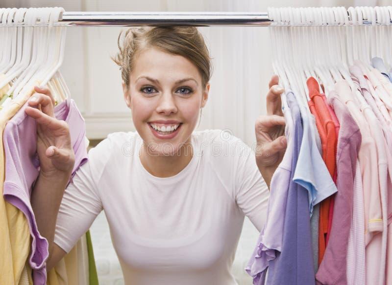 Femme regardant par le cabinet image stock