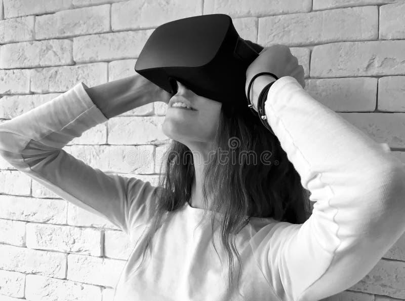 Femme regardant par le dispositif de réalité virtuelle photo libre de droits