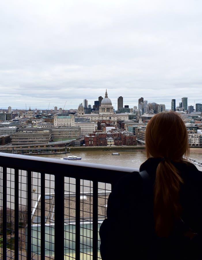 Femme regardant St Pauls Cathedral de surveillance de Tate Modern Londres, Royaume-Uni images stock