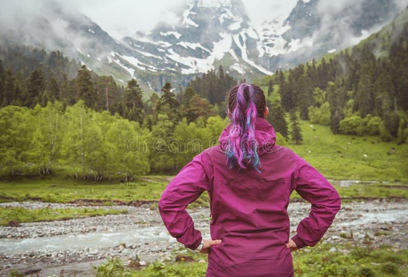 Femme regardant sur la montagne brumeuse Concept de tourisme photos libres de droits