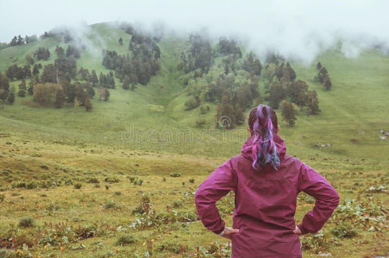 Femme regardant sur la vallée brumeuse Concept de tourisme photo stock