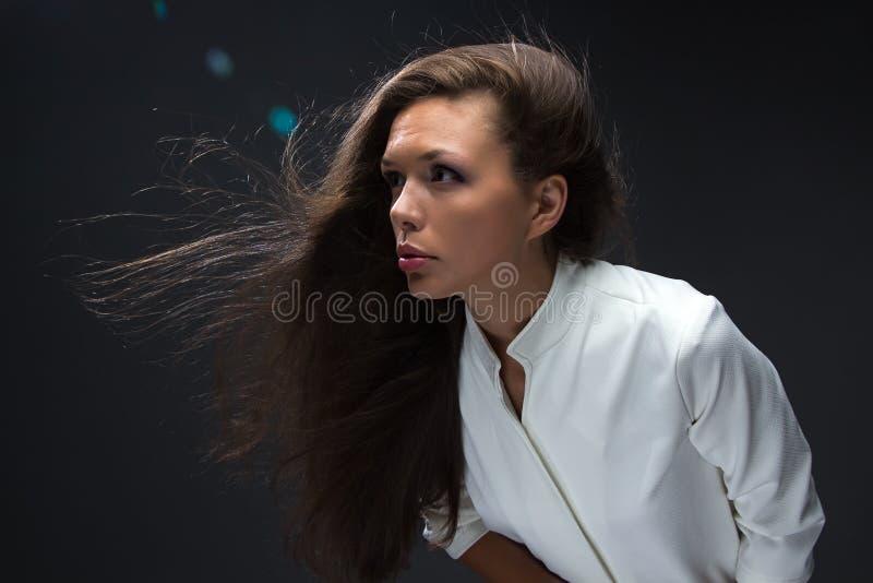 Femme regardant vers l'avant photo stock
