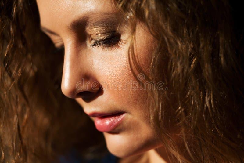Femme regardant vers le bas photo libre de droits