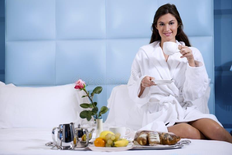 Femme Relaxed prenant le petit déjeuner dans le bâti photos stock