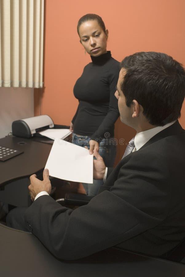 Femme remettant des écritures d'homme d'affaires - verticale photo libre de droits