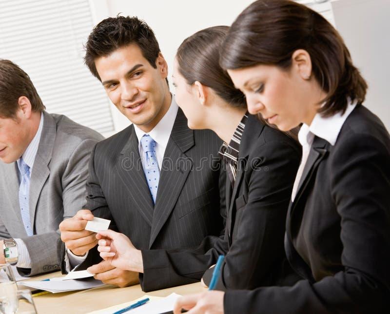 Femme remettant la carte de visite professionnelle de visite de collègue image stock