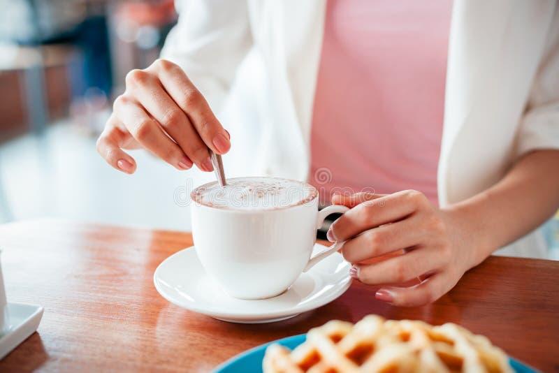 Femme remuant le café photographie stock