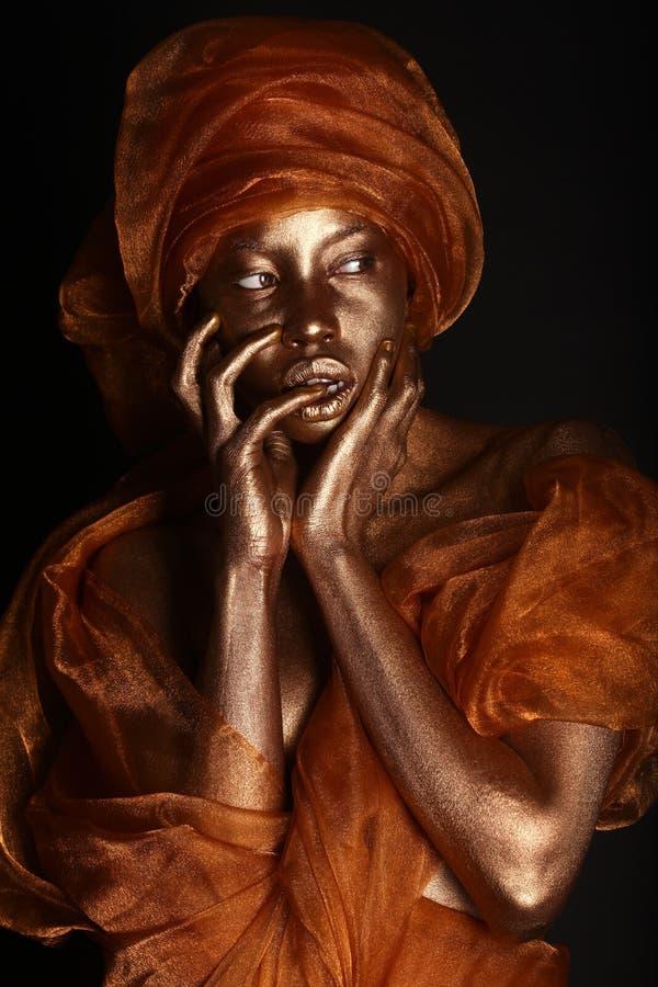 Femme renversante d'Amercian d'Africain peinte avec de l'or photos libres de droits