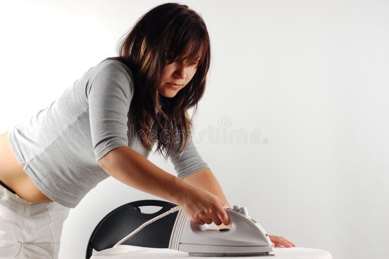 Femme repassant photographie stock