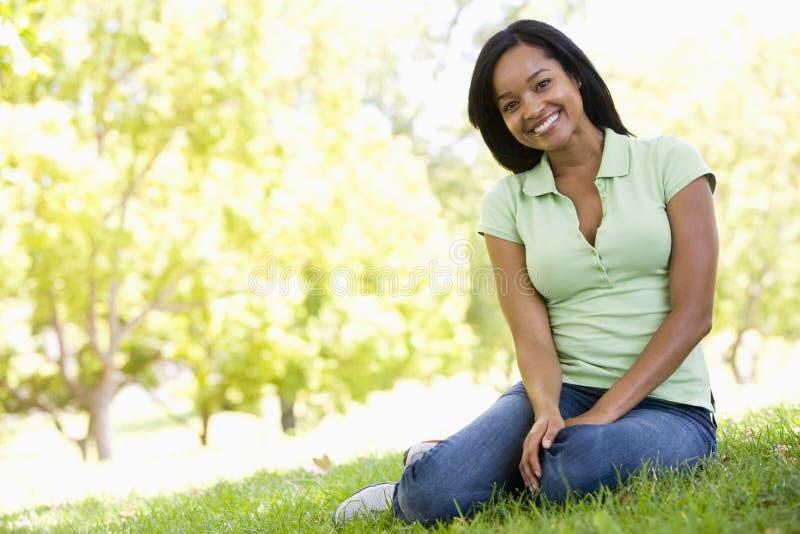 Femme reposant à l'extérieur le sourire photo libre de droits