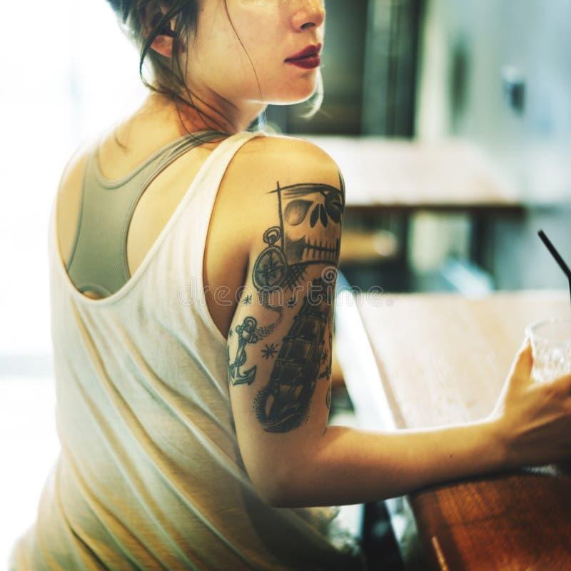 Femme reposant le concept de relaxation de Coffeeshop image stock