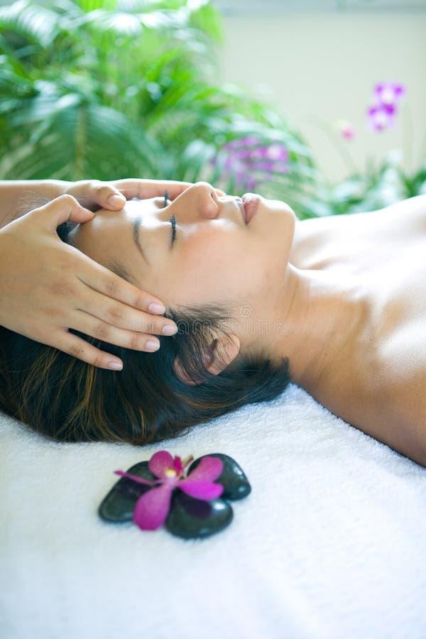 Femme reposante tout en étant dans le massage principal image stock