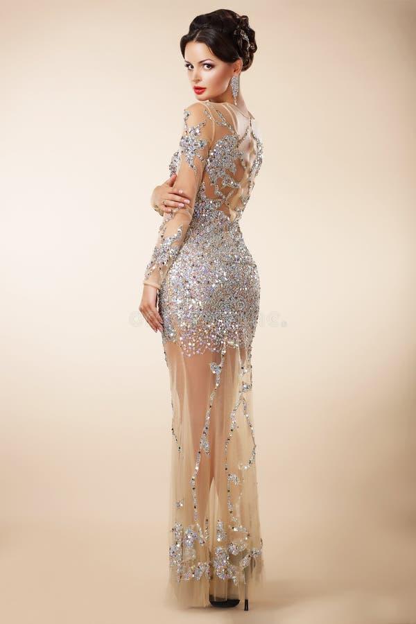 Femme respectable bien habillée dans la robe de cocktail de soirée photographie stock libre de droits
