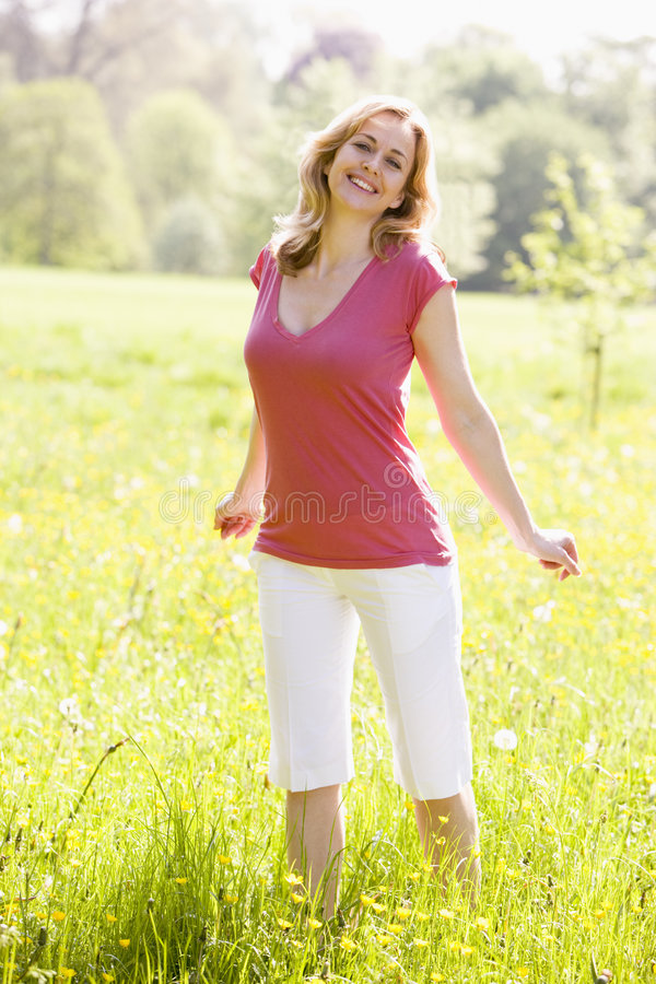 Femme restant à l'extérieur souriante photo libre de droits