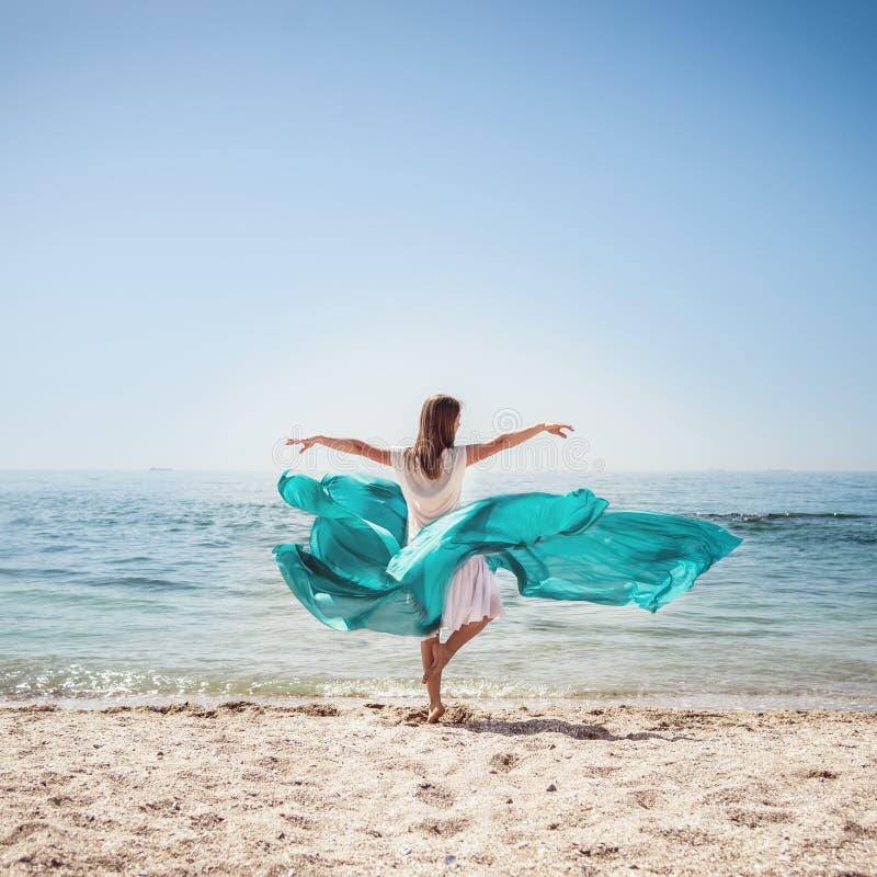 Femme restant à la plage photo stock
