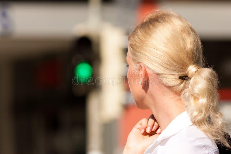 Femme restant au feu de signalisation vert photo libre de droits