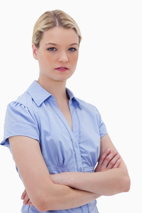 Femme restant avec des bras pliés photos libres de droits