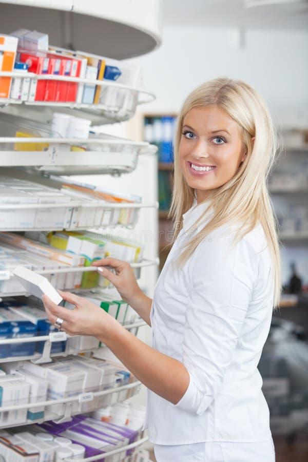Femme restant dans la pharmacie de pharmacie photos libres de droits