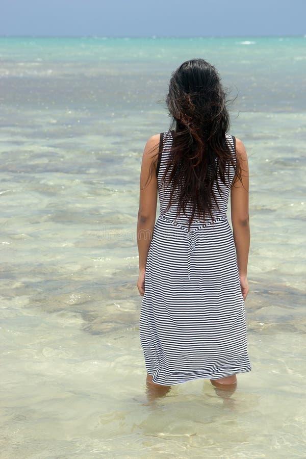 Femme restant en mer image libre de droits