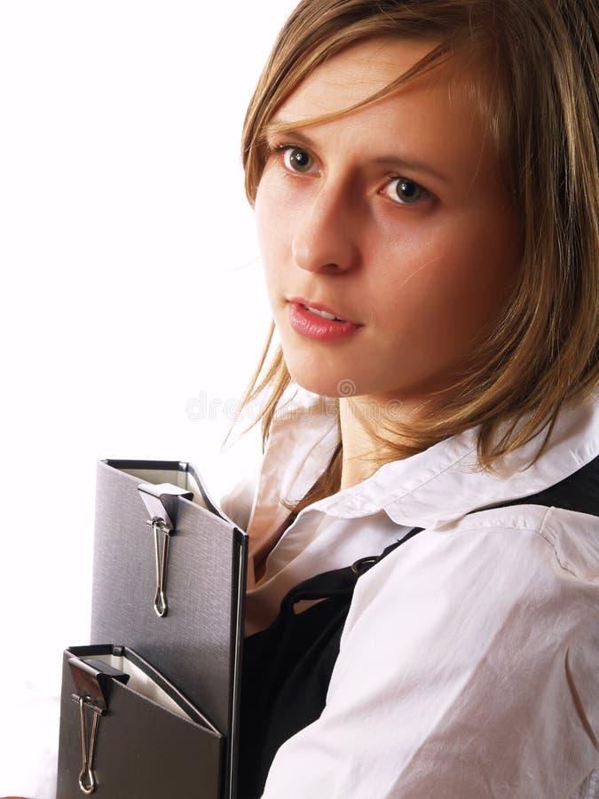 Femme retenant deux dépliants images stock