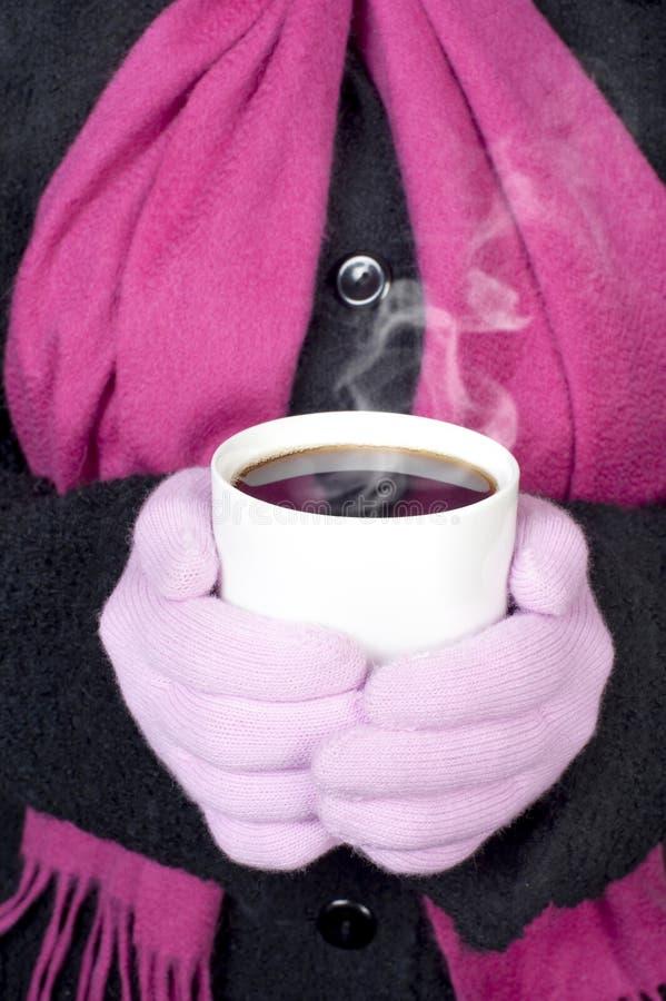Femme retenant la boisson chaude photo libre de droits