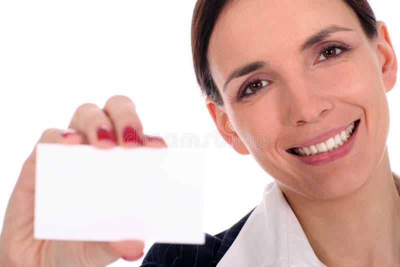 Femme retenant la carte vierge photographie stock libre de droits