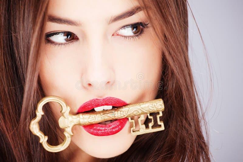 Femme retenant la grande vieille clé photo stock