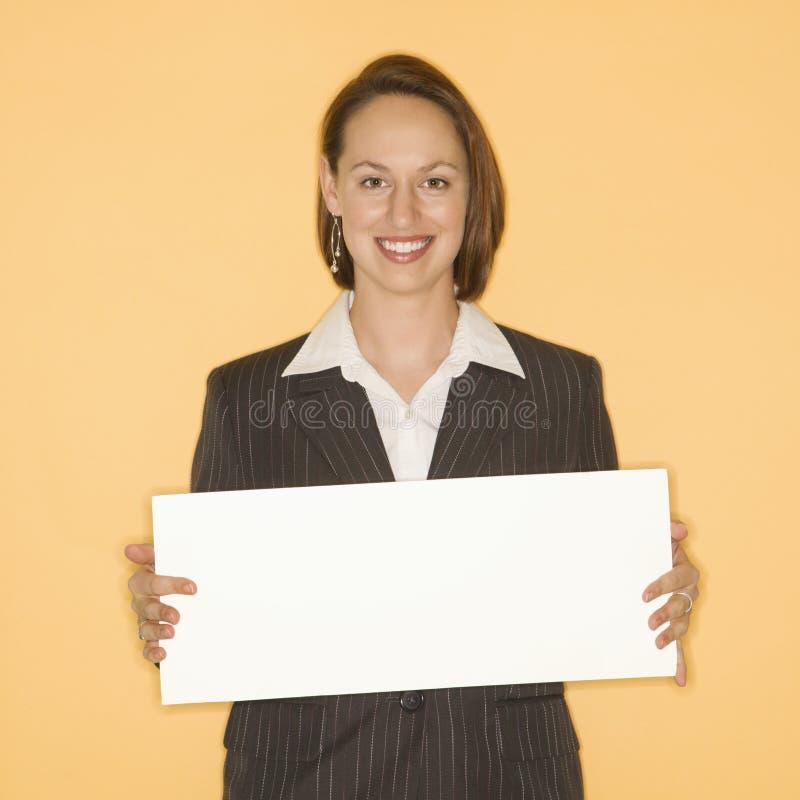 Femme retenant le signe blanc. photos stock